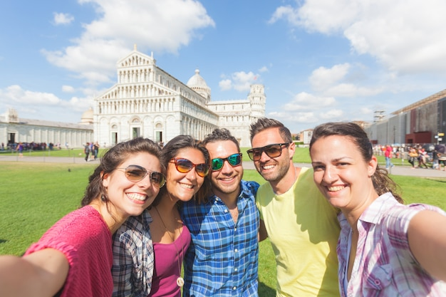 Gruppe touristen, die ein selfie in pisa nehmen.