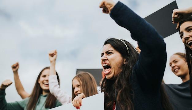 Gruppe verärgerte aktivistinnen protestiert