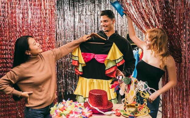 Gruppe verkleidete freunde an der karnevalsparty