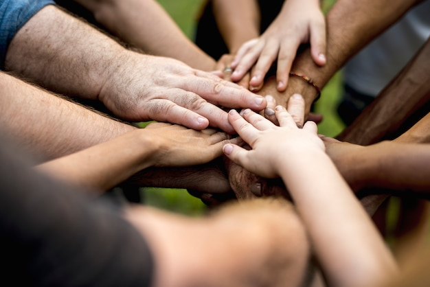 Gruppe verschiedenartigkeitsleute-handstapel unterstützen zusammen
