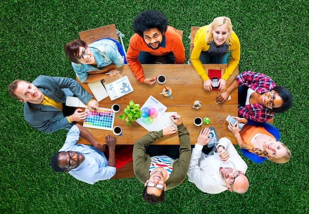 Gruppe verschiedene designer, die ein sitzungs-konzept haben