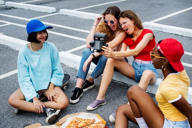 Gruppe verschiedene frauen, die zusammen selfie nehmen