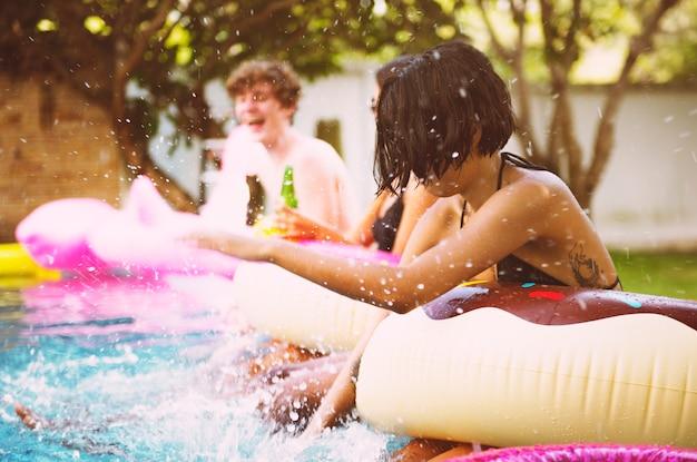 Gruppe verschiedene freunde, die das pool genießen