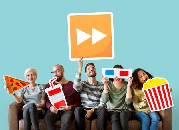 Gruppe verschiedene freunde, die film emoticons halten