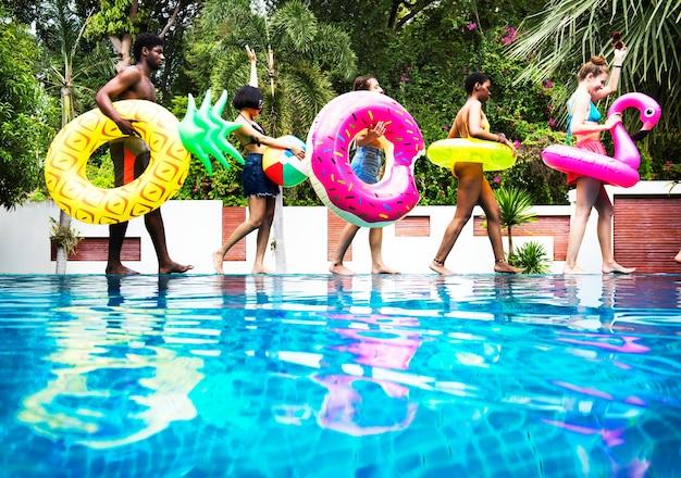 Gruppe verschiedene freunde, die sommer genießen