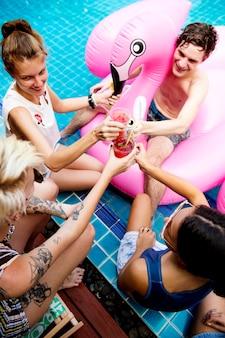 Gruppe verschiedene freunde, die sommerzeit genießen