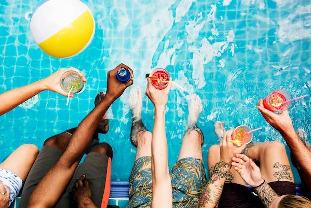 Gruppe verschiedene freunde, die sommerzeit mit getränk genießen