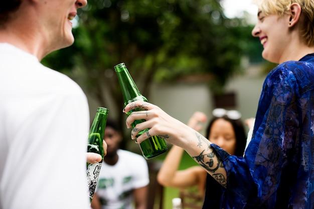 Gruppe verschiedene freunde, die trinkende biere feiern