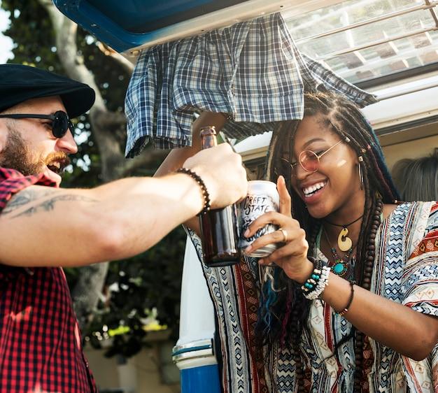 Gruppe verschiedene freunde, die zusammen bier-alkohol auf autoreise trinken