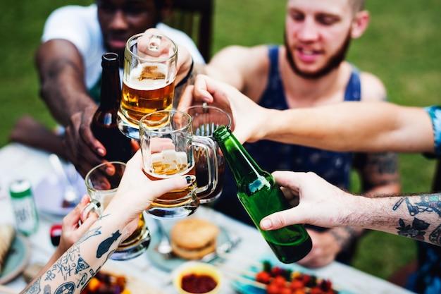 Gruppe verschiedene freunde, die zusammen biere trinken feiern