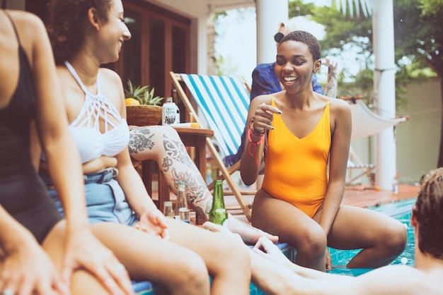 Gruppe verschiedene freunde, die zusammen sommerzeit genießen