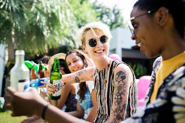 Gruppe verschiedene freunde, die zusammen trinkende biere feiern