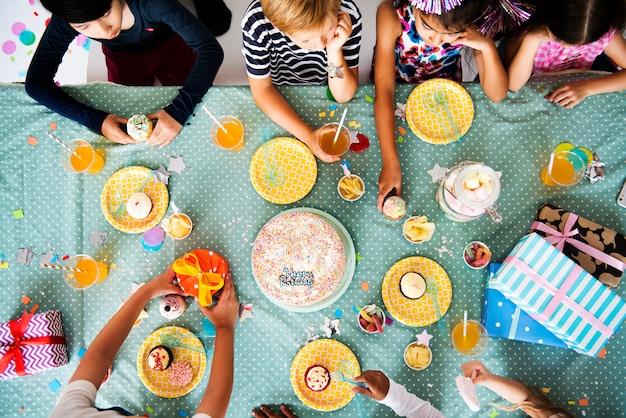 Gruppe verschiedene fröhliche kinder, die eine party genießen