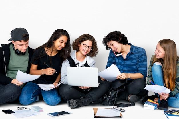 Gruppe verschiedene gymnasiasten, die lehrbuch-anleitung lesen