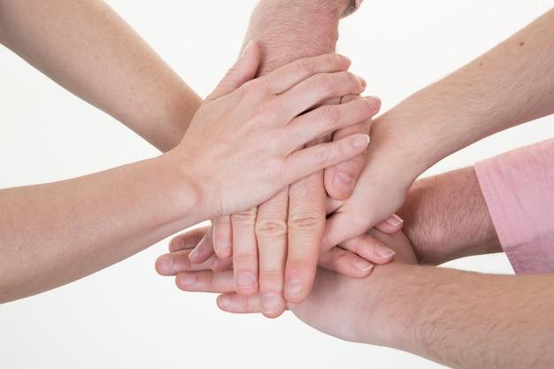 Gruppe verschiedene hände, die sich zusammen konzept-vereinigungs-bündnis-sitzung anschließen