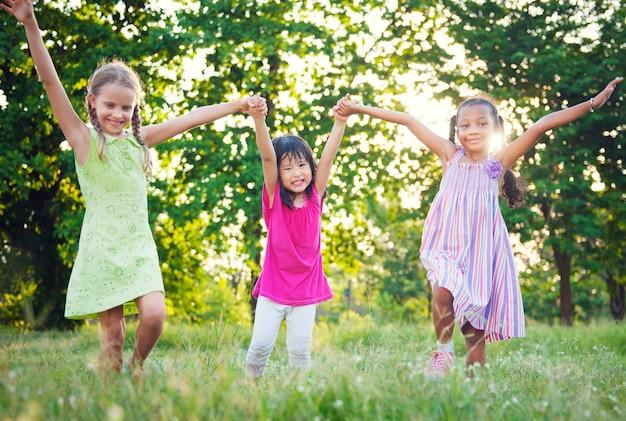 Gruppe verschiedene kinder, die im park spielen