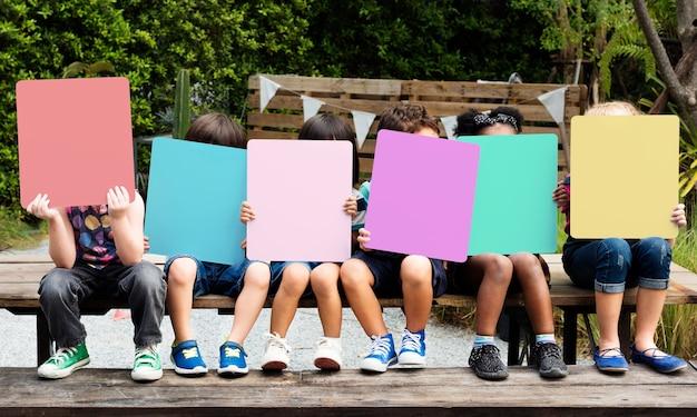 Gruppe verschiedene kinder, die plakate halten