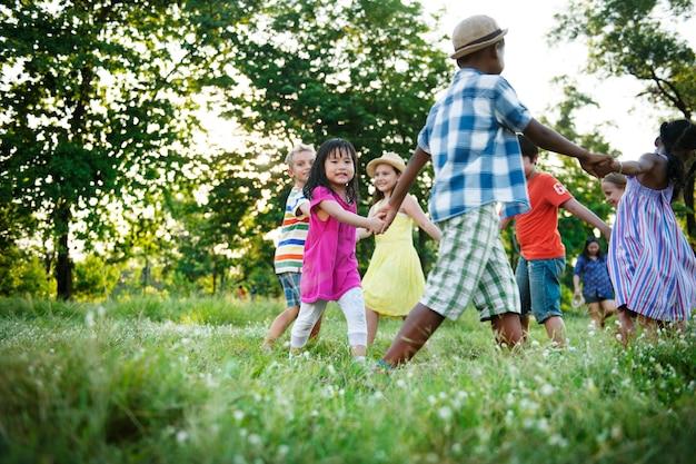 Gruppe verschiedene kinder, die spaß zusammen im park haben