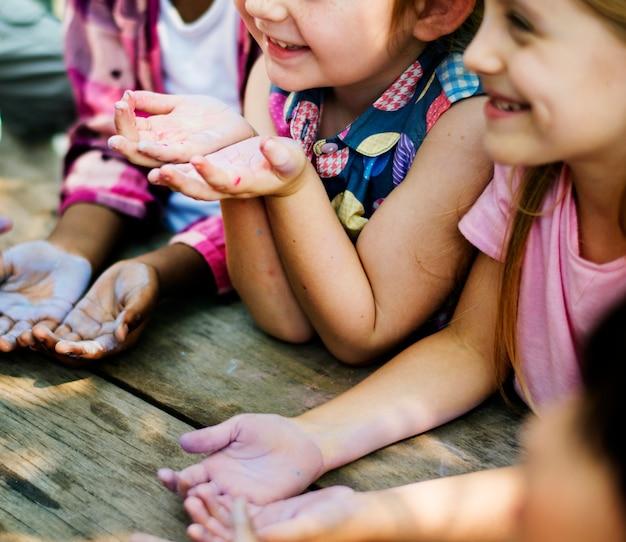 Gruppe verschiedene kinderhände mit kreide-farbe