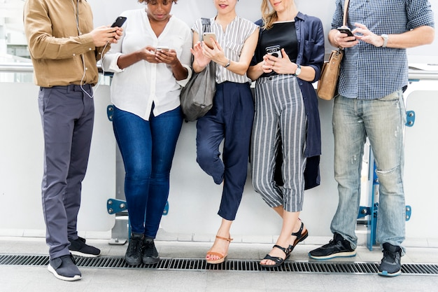 Gruppe verschiedene leute, die smartphones verwenden