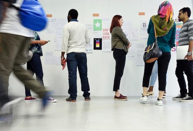 Gruppe verschiedene leute, die startgeschäftskurs besuchen