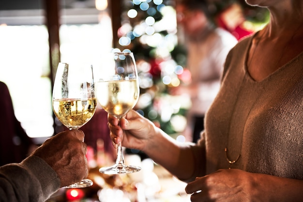 Gruppe verschiedene leute feiern weihnachtsfeiertage