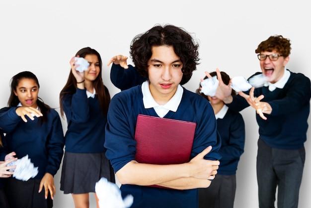 Gruppe verschiedene studenten, die studio-porträt schikanieren