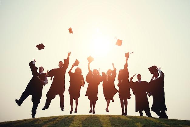 Gruppe verschiedener absolventen