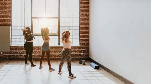 Gruppe verschiedener frauen im fitnessstudio