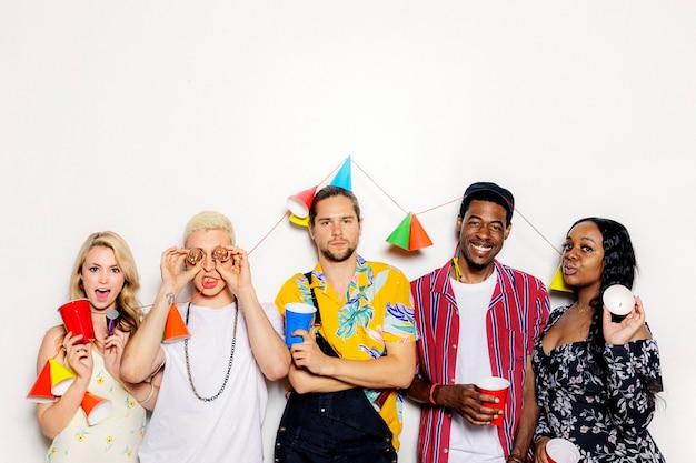 Gruppe verschiedener freunde, die auf einer party feiern