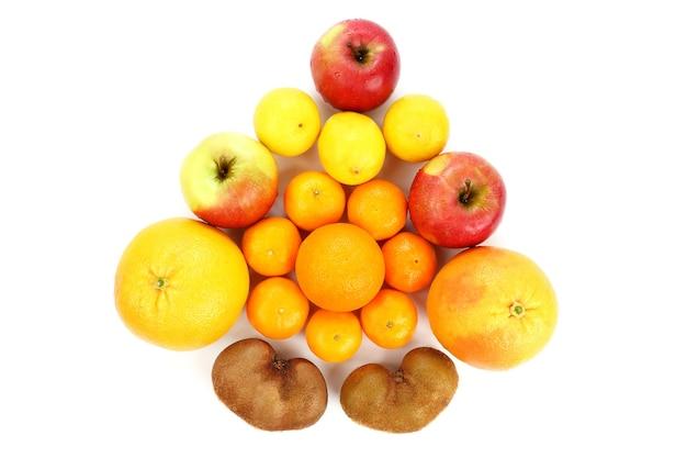 Gruppe verschiedener früchte auf weißem hintergrund