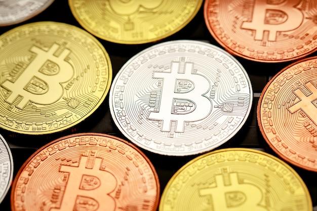 Gruppe verschiedener kryptowährungsmünzen auf der computertastatur. idee für eine neue art von geld in der wirtschaft der geschäftswelt.