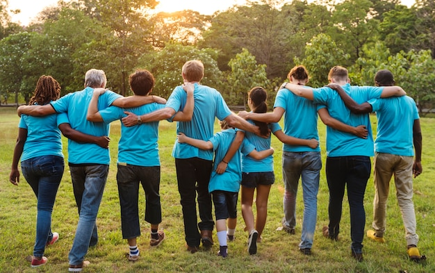 Gruppe volunteer arm der verschiedenartigkeitsleute herum