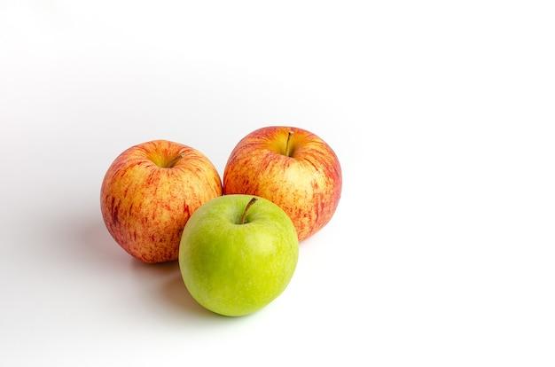 Gruppe von äpfeln in verschiedenen farben isoliert