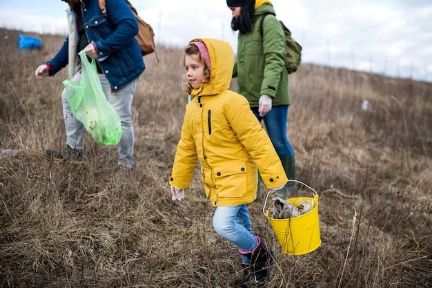 Gruppe von aktivisten, die abfall in der natur, umweltverschmutzung und plogging-konzept aufsammeln.