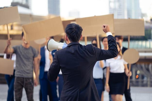 Gruppe von aktivisten mit bannern, die gegen demokratie und gleichheit protestieren. männer und frauen machen einen stillen protest für demokratie und gleichberechtigung