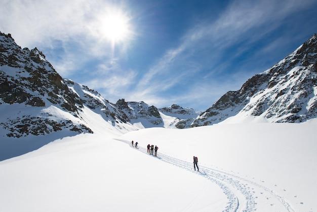 Gruppe von alpinen skifahrern auf dem berg