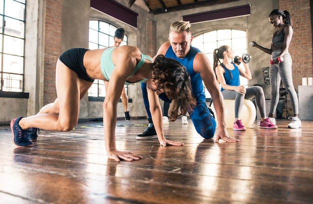 Gruppe von athletentraining mit funktioneller gymnastik