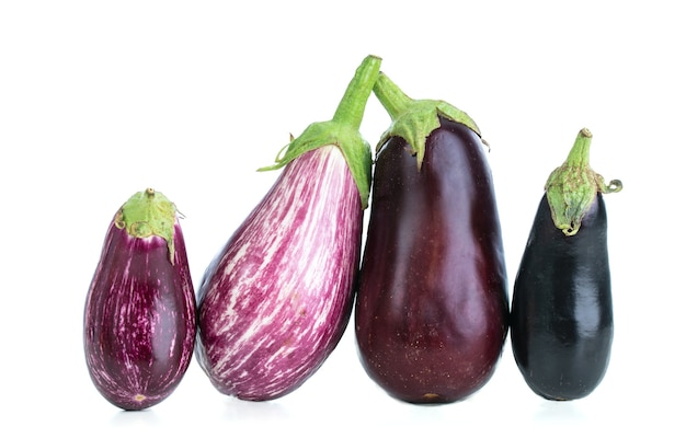 Gruppe von auberginen verschiedener farben auf einer weißen oberfläche ausgeschnitten