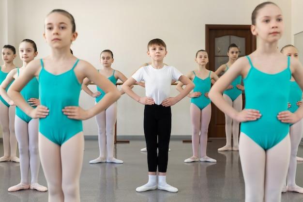 Gruppe von ballerinas, die an der ballettbarre trainieren