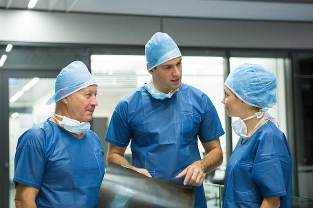 Gruppe von chirurgen, die über röntgen diskutieren
