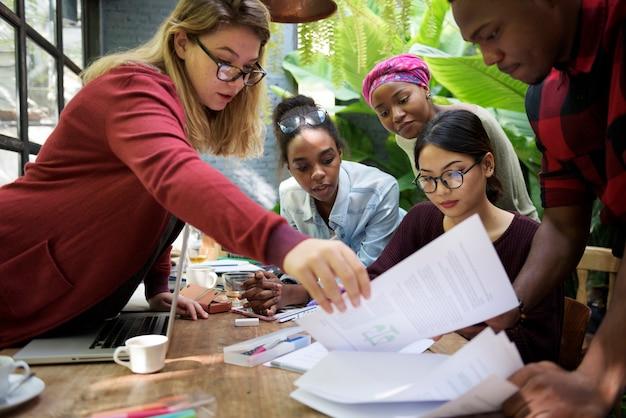 Gruppe von college-studenten, die für die prüfung studieren