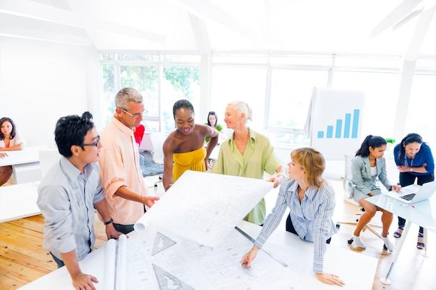 Gruppe von designern, die über ein neues projekt planen und diskutieren