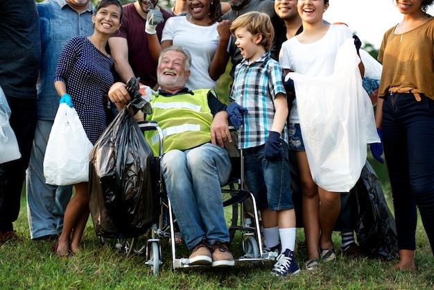 Gruppe von diversity-menschen ehrenamtlich ein wohltätigkeitsprojekt