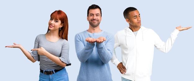 Gruppe von drei freunden, die copyspace eingebildet auf der palme halten