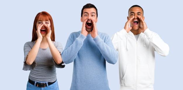 Gruppe von drei freunden, die mit dem breiten mund schreien, öffnen sich