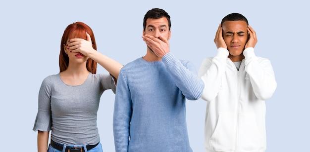 Gruppe von drei freunden, die mund mit den händen abdecken