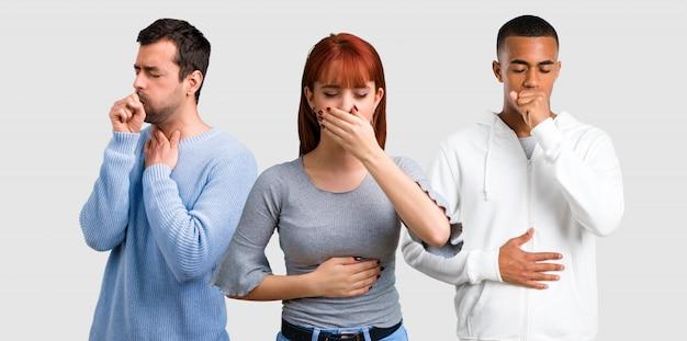 Gruppe von drei freunden leidet mit husten und schlechtem gefühl