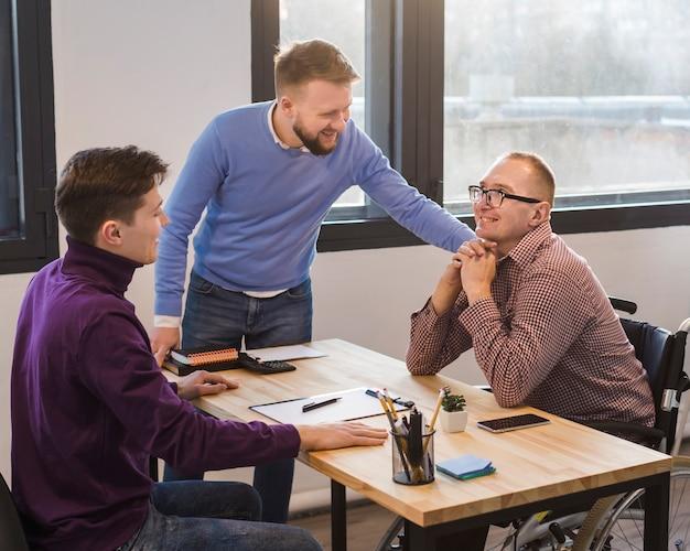 Gruppe von erwachsenen männern, die im büro arbeiten