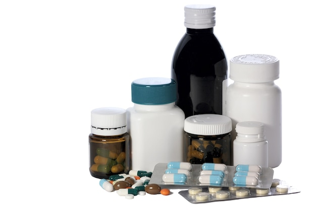 Gruppe von flaschen und mit tabletten und kapseln und tabletten in loser schüttung